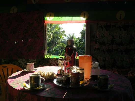 Tanna Lava View Bungalows: Breakfast, with a view of the volcano