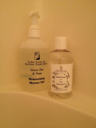 Tucker House Inn: Jennie's Cottage. Handmade shower gel and shampoo. Smell good. Very good.