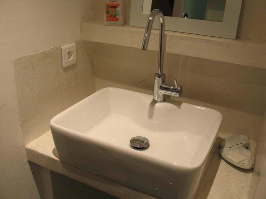 Arles Suite Home : bathroom sink