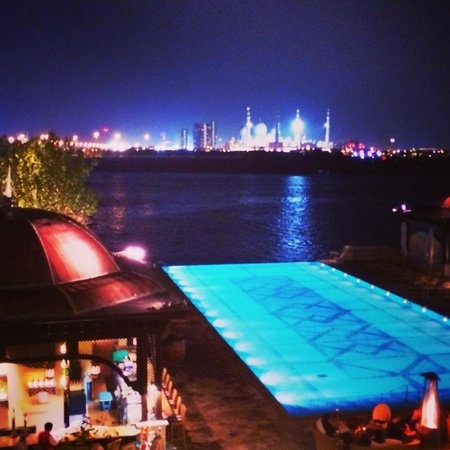 Bord Eau : View of swimming pool at Shangri-la and Grand Mosque from our table