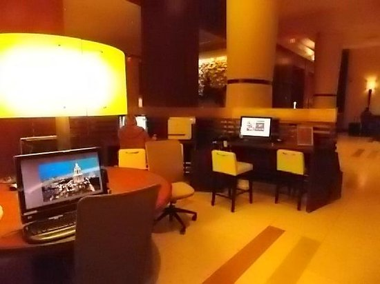 Sheraton Grand Phoenix : 6 free internet screens in lobby