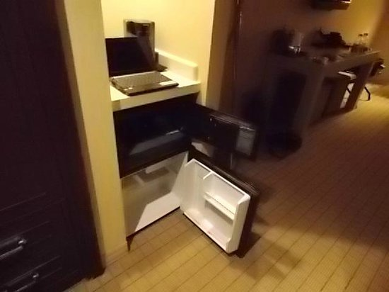 Sheraton Grand Phoenix : electronic safe, refrigerator, notebook, coffee maker
