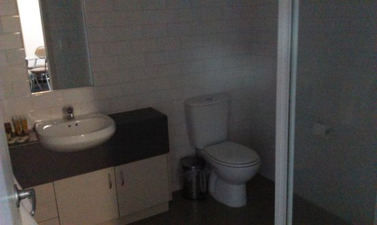 Sudima Hotel Hamilton: Two bedroom unit bathroom