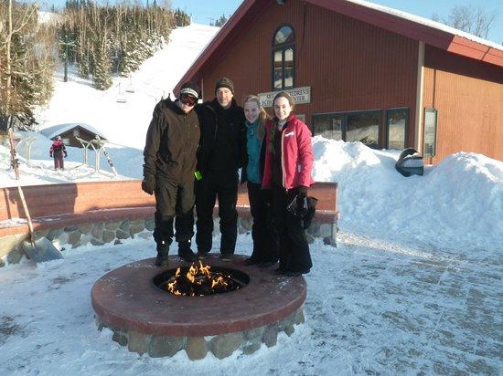 Lutsen Mountains Ski Area: Nice fire pit at base of mountain