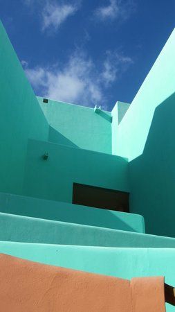 Club Regina Los Cabos: Beautiful architecture and vivid colors throughout the club.