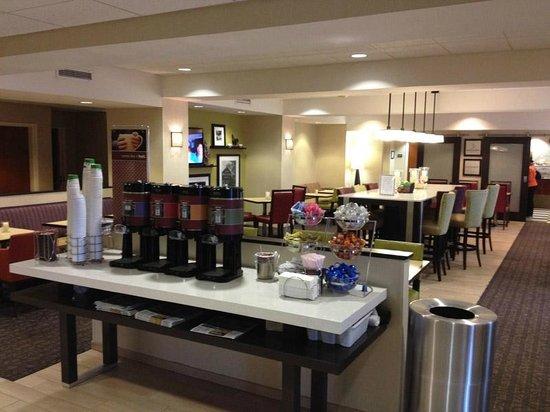 Hampton Inn Dunn: Lobby/Breakfast Area