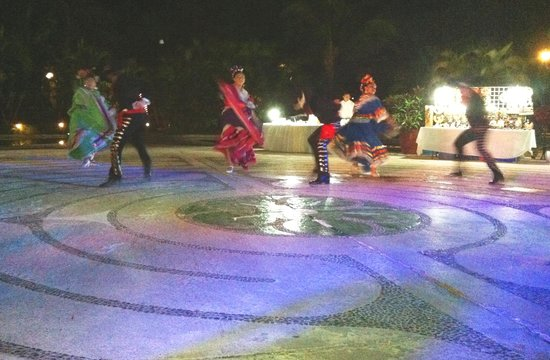 Occidental Cozumel: Nightly entertainment: Dancers near the fountains below the lobby bar