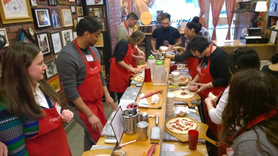 Pizza School NYC : Everyone making pizzas