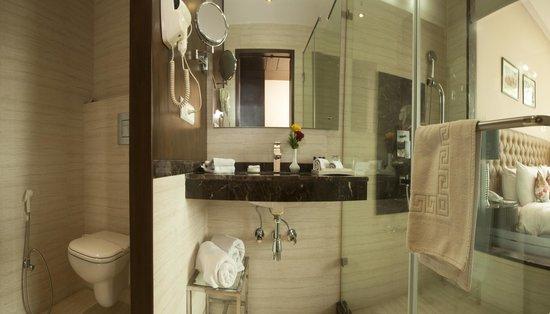 The Athena Hotel: Bathroom