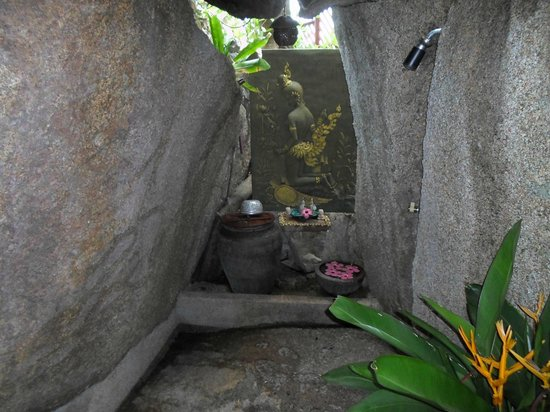 Baan Hin Sai Resort & Spa: Little altar nestled in the rocks.