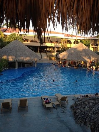 Flamingo Beach Resort & Spa: pool with kiddie area on left and bar on right. very nice!