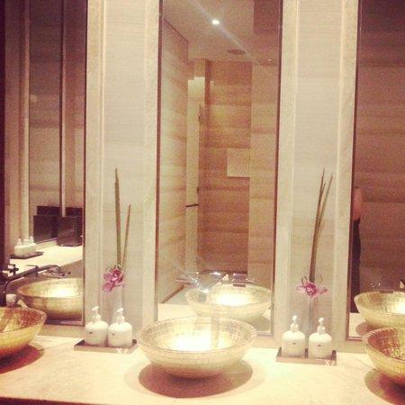 Mandarin Oriental Pudong, Shanghai: Spa Bathroom