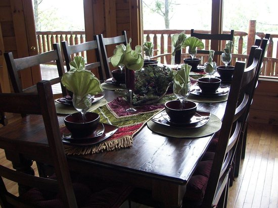Brother's Cove Log Cabin Rentals: Dining room
