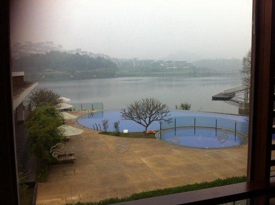 Baiyun Lake Bank Hotel : Lake view from reception