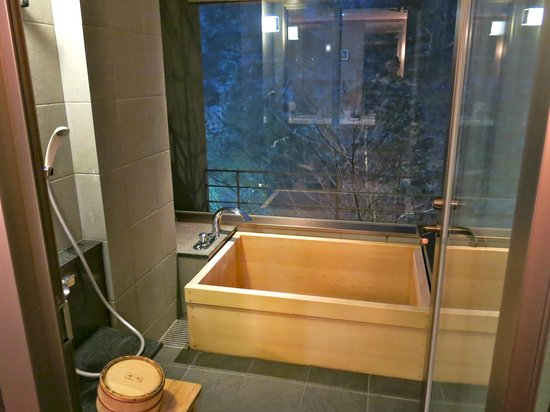 Takinoya: Onsen tub in room