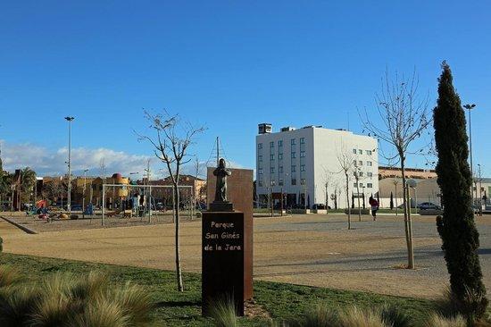 NH Campo Cartagena: Das Hotel liegt direkt an einem Park