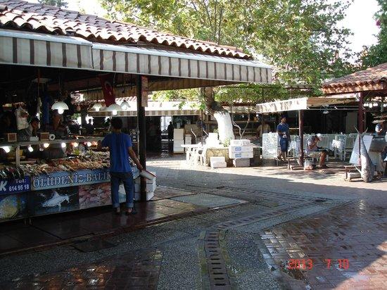 Fethiye Fish Market: Лотки на рынке.