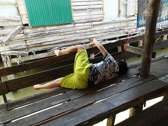 Ko Panyi, Tailândia: Boy on the floating deck