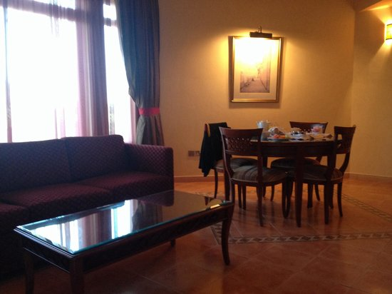Hilton Fujairah Resort : Living room and dining area