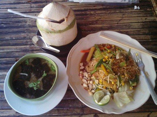 Mama Pooh's Kitchen : Miso and phad thai