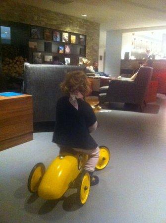 Hotel l'Heliopic: Merci la voiture Vilac qui a passionné ma mini !