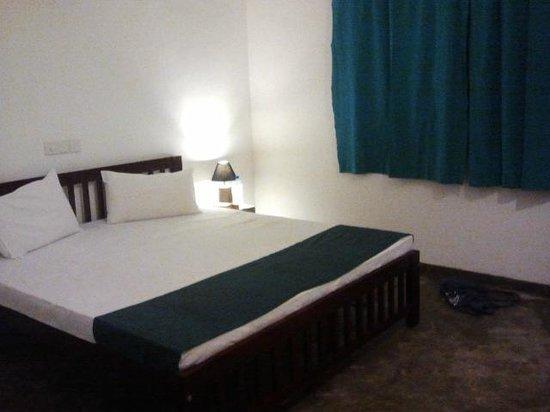 Colombo Beach Hostel: double room with van and bathroom