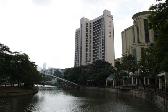 Riverview Hotel Singapore : Hotel from the bridge