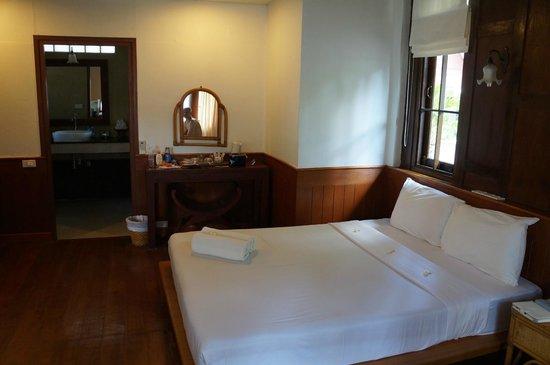 Coco Palm Beach Resort: В бунгало две кровати: одна двуспальна, другая односпальная