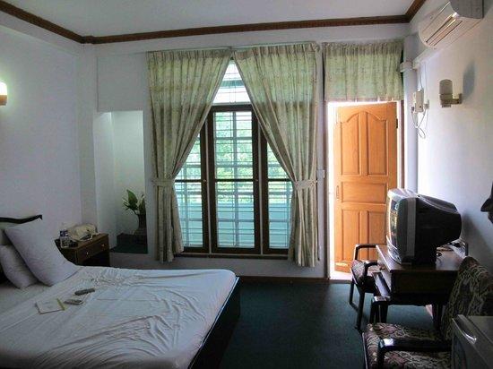 Yangon Yoma Hotel : room on the third foor front