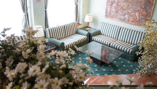 Flora Hotel: HALL