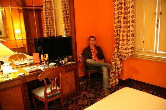 Hotel Albani Firenze : стены и окошко с деревянными ставнями