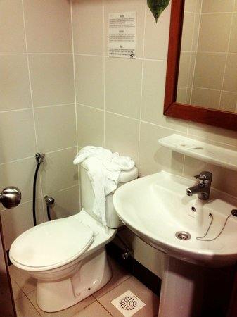First World Hotel: Bathroom, very clean no mold