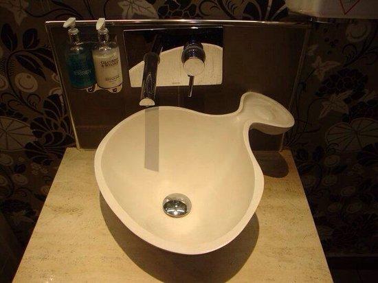 Oscars: Impressive sink in ladies bathroom!!