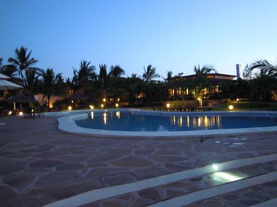 Crystal Bay Resort: Piscina by night