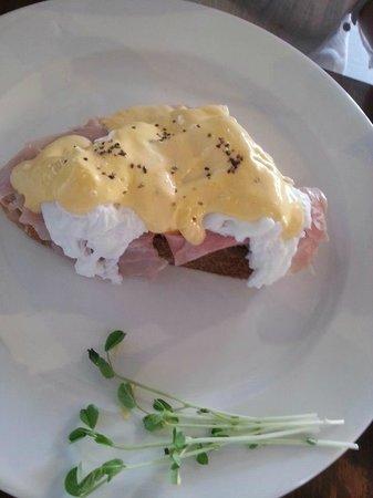 Zest Cafe: eggs benedict