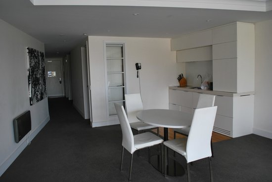 Oaks Club Resort : kitchen and dining area
