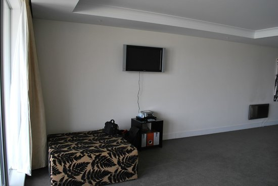 Oaks Club Resort: tv in lounge room think it need a bigger onne