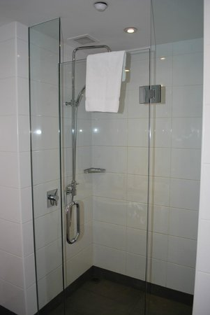 Oaks Club Resort: Shower area