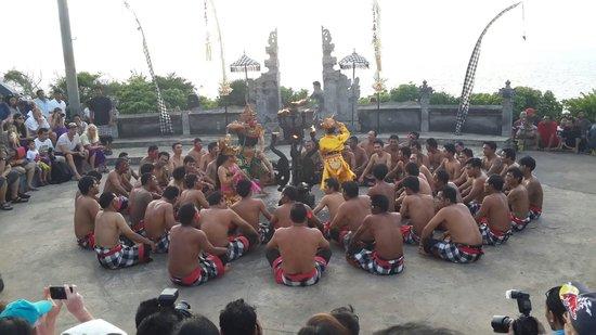 Kecak and Fire Dance : Formasi penari kecak