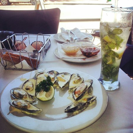 Ocean Blue: Muscles and a 25R Mojito. Light lunch.