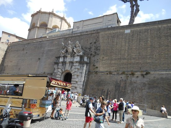 Vatican Guided Tours : Wall of the Vatican