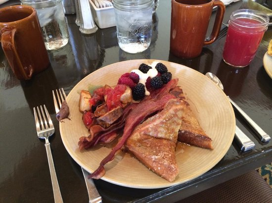 Tanque Verde Ranch: Breakfast buffet in the dining hall.