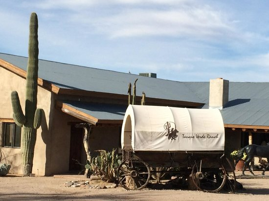 Tanque Verde Ranch: Out in front of the ranch.