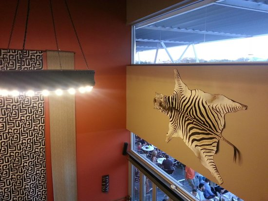 Hippo Creek African Grill: African themed decor