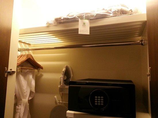 Holiday Inn Macao Cotai Central : Wardrobe