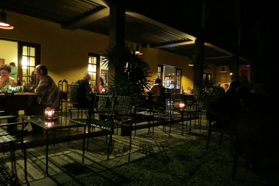 Kithala Resort: outdoor dining by night