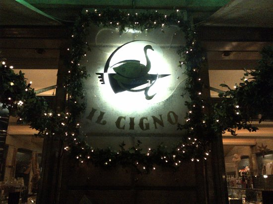 Il Cigno Caffe Pasticceria Gelateria: Open late for sweets!
