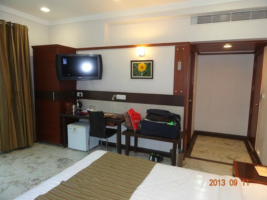 Amantra Comfort Hotel: T.V., small fridge, electric cattle, study table