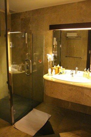 Elephant Safari Park & Lodge: Bathroom