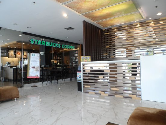 d'primahotel WTC Mangga Dua: The lobby/reception and the adjoining Starbucks